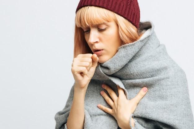 Mulher com sintomas de tosse
