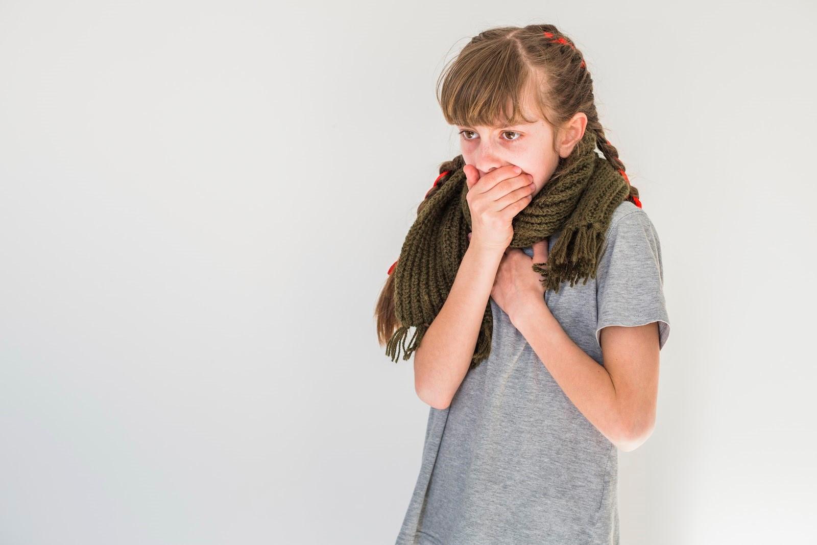 Menina com sintomas de tosse