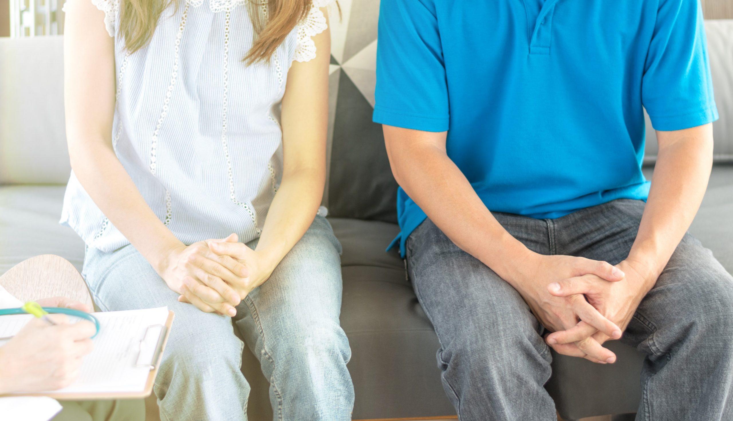 Duas pessoas sentadas conversando com o médico